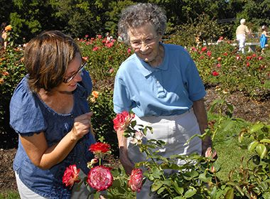 rose_garden_motherdaughter