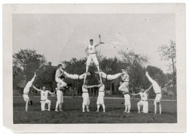 Men_in_gymnastic_pyramid_at_Powderhorn_Park_Minneapolis_Minnesota 1900-1920