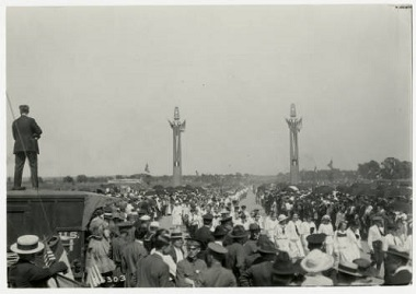 Parade_at_GlenwoodCamden_Parkway_now_Victory_Memorial_Parkway_Minneapolis_Minnesota 1921